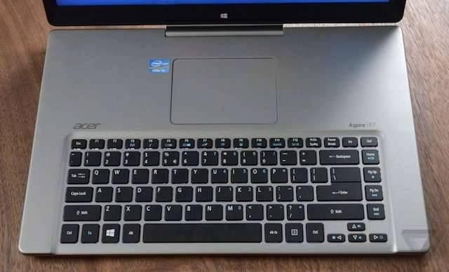 Sepintas emang nggak ada yang aneh dari foto laptop dibawah ini Pulsker. Tapi kalau kamu perhatikan, ternyata keybordnya kebalik Pulsker, touch pad nya malah ada diatas dekat monitor. Kok bisa ya??