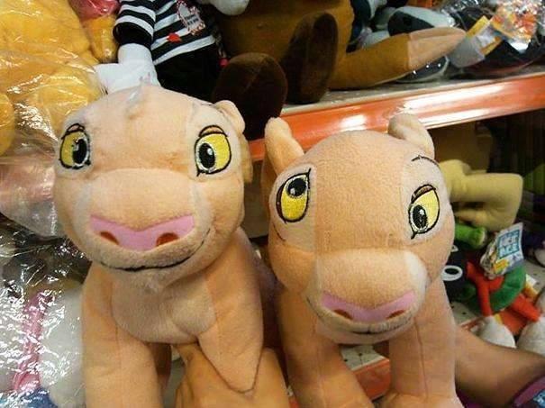 Boneka ini matanya siwer..padahal itu aslinya cuma salah jahit aja Pulsker, makanya matanya bisa kebalik gitu.
