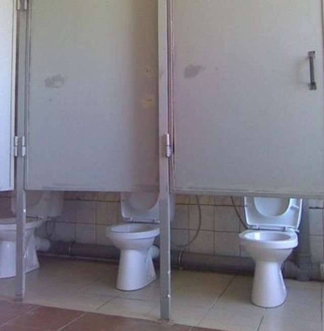 Kalau toiletnya kaya gini, kira-kira kamu mau pakai nggak Pulsker? Karena sumua pintunya ada diatas dan closetnya jadi kelihatan.