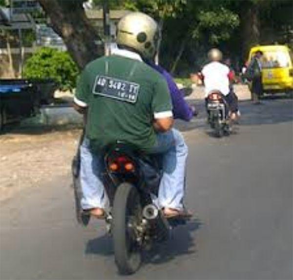 Buat yang suka memodivikasi motor dan nggak menyediakan tempat buat plat nomor, rasanya kamu bisa meniru orang ini dengan membuat kalung plat seperti dibawah ini..kreatif banget kan orang Indonesia.