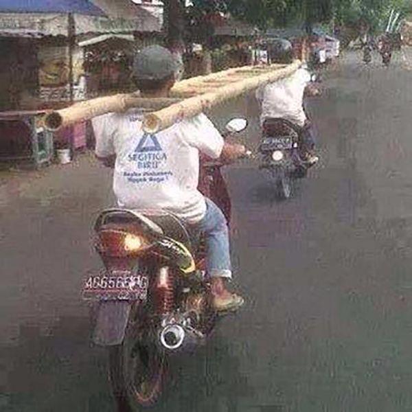 Jangan dibayangin deh kalau orang didepannya tiba-tibe berhenti mendadak..ngeri banget ya liatnya, tapi inilah Indonesia.