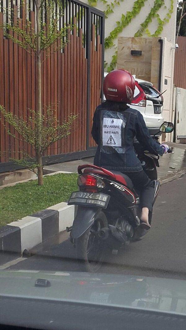 Pernah nggak pas kamu dijalan ketemu orang hamil naik motor trus punggungnya ada stiker kaya gini Pulsker?