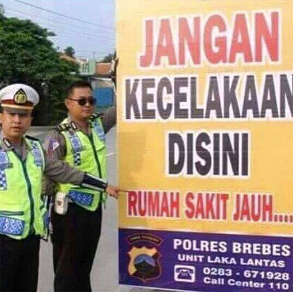 Tuh kan, cuma di Indonesia kamu menemukan peringatan dijalan yang tulisannya unik kaya gini.