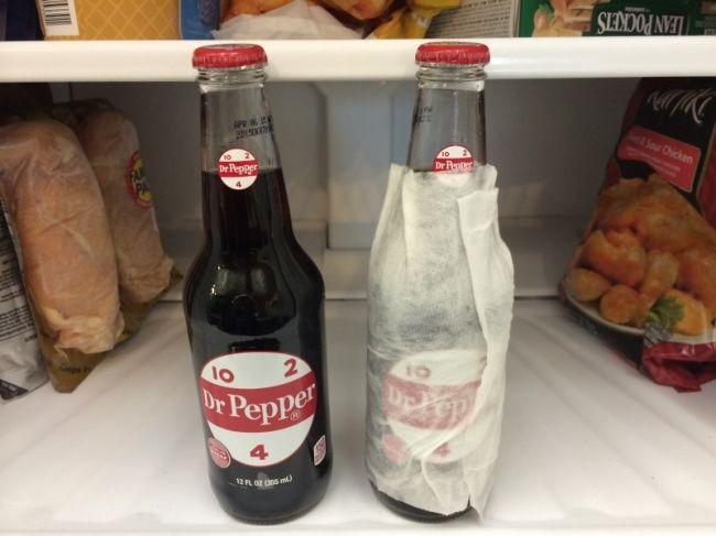 Mendinginkan minuman Tipsnya : Untuk mendinginkan minuman lebih cepat, kamu bisa membalut botol dengan tisu yang dibasahi lalu dimasukkan ke freezer. Hasilnya : Ini hanyalah mitos, dibalut tisu atau tidak, hasilnya tetap sama.