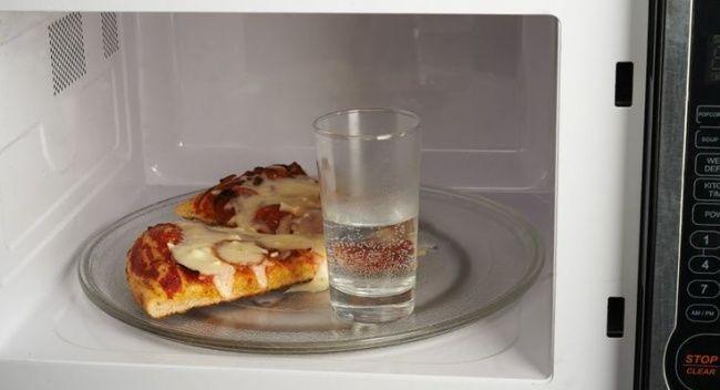 Bikin pizzamu jadi hangat dan renyah lagi Tipsnya : Kalau kamu punya pizza yang udah dingin, kamu bisa menghangatkan pizza pada microwave dengan segelas air maka pizzamu akan renyah kembali. Hasilnya : Salah, pizzamu nggak akan kembali renyah dan lezat seperti hari sebelumnya..