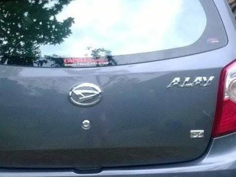 Tak Cuma para ABG saja yang bisa alay, tapi mobil sekarang juga bisa alay lho pulsker. Gak percaya?, ini nih buktinya. Mobil ini sih nama sebenarnya Ayla, tapu entah kenapa sama pemiliknya diganti menjadi Alay. Jangan-jangan yang punya mobil ini ikutan alay juga pulsker. Makanya biar kompak dikasih nama yang sama nih.