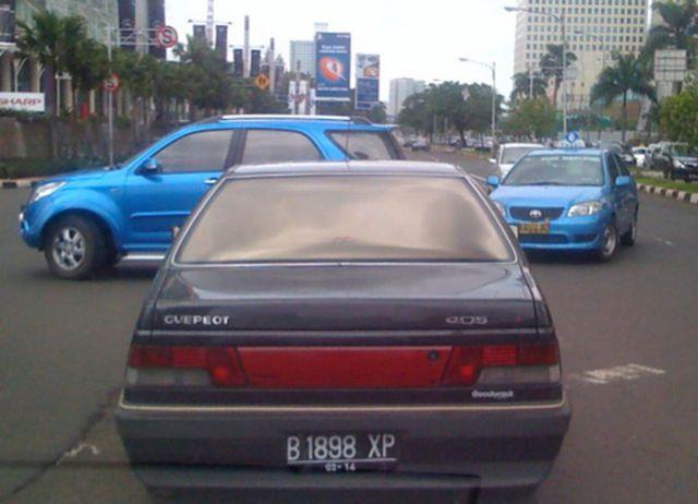 Yang ini emang gokil abis nih pulsker. Mobil yang dari sononya bernama Peugeot ini bertransformasi menjadi Guepeot. Nah, kok bisa begitu? maklum mobil keluaran tahun gak enak jadinya dia udah tua dan udah peot. Kali aja yang punya udah peot juga nih pulsker.