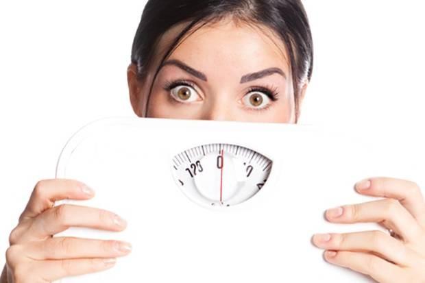 6. Peningkatan berat badan Terakhir, walaupun per bungkus posrinya sedikit, tapi terlalu sering makan mie instan juga bisa bikin kamu gemuk Pulsker. Soalnya mie instan terbuat dari karbohidrat yang mengandung banyak zat aditif seperti MSG, garam, dan penguat rasa lainnya. (Gambar : lifestyle.sindonews.com)