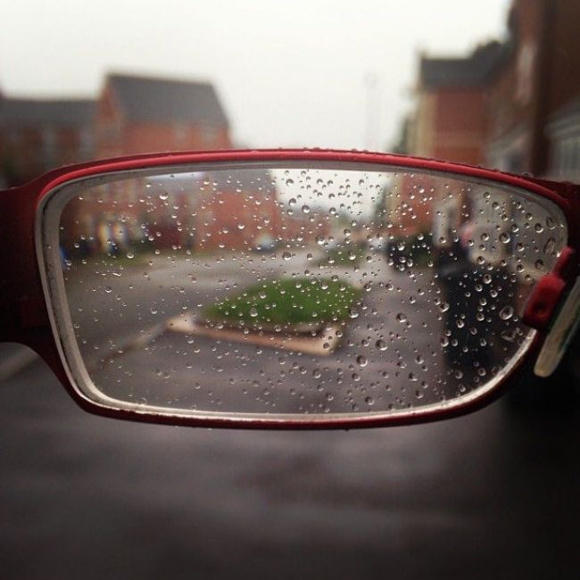 Trus ini yang terjadi sama kacamatamu saat kamu kehujanan. Nggak cuma kaca mobil aja yang ada titik-titik airnya, tapi kacamatamu juga Pulsker.