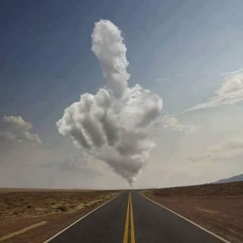 Pertama nih pulsker, ada bentuk awan yang menyerupai tangan yang sedang menunjuk kearah tertentu nih. Kalau kita lihat gumpalan awan putih ini membentang sangat panjang sekali ya?. Entah ini ada firasat apa dan pertanda apa dibalik bentuk awan ini, tapi yang jelas awan ini seolah mengatakan sesuatu yang mengarah pada suatu tempat.
