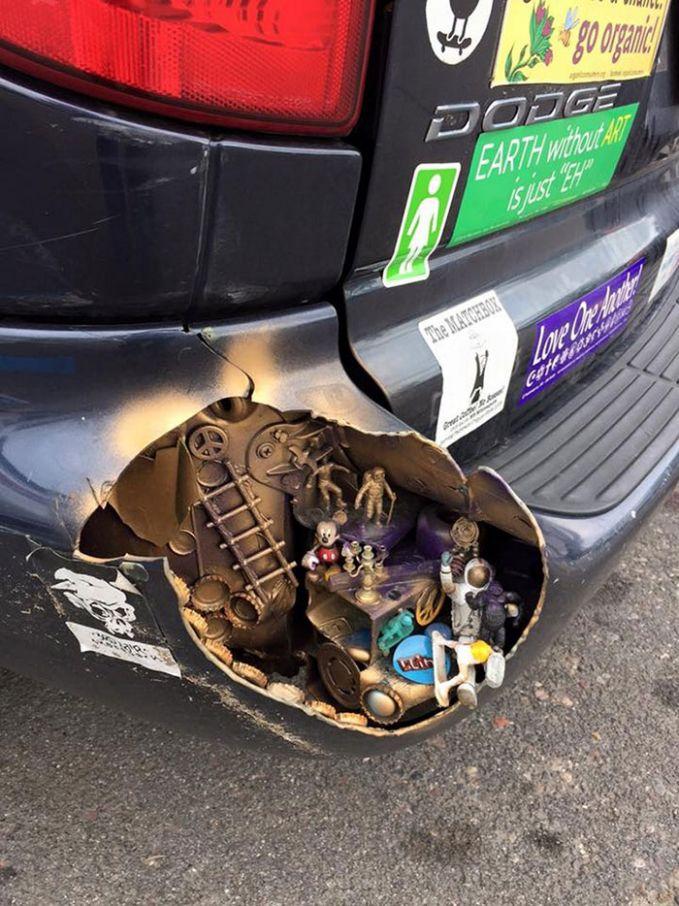 Bumper mobil yang satu ini sepertinya rusak parah, dan alih-alih mengganti bumpernya, si pemilik malah menghias bagian yang rusak menjadi seperti ini.