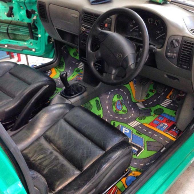 Karpet di dalam mobil ini bergambar peta, lucu yaa!