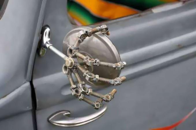 Kaca spion mobil ini mungkin rusak. Lalu pemiliknya dengan kreatif menggantinya seperti ini, jadi mirip tangan tengkorak yang lagi megangin kaca spionnya!