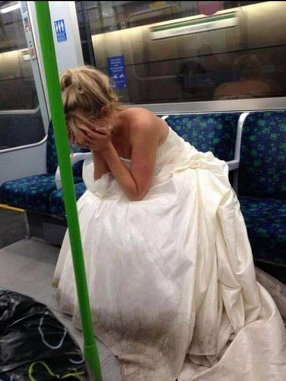 Benar-benar nggak tega deh liat wanita pada foto ini. Sepertinya di gagal menikah dengan pasangannya Pulsker. Lebih beruntung kamu kan?