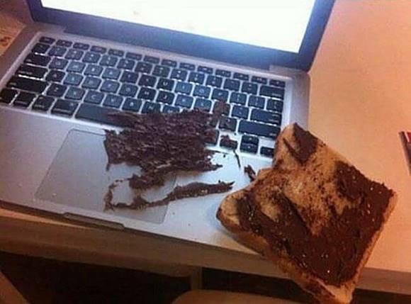 Yang ini benar-benar kesialan yang bikin gregetan. Mau makan roti, eh rotinya malah jatuh ke laptop..sedih deh!