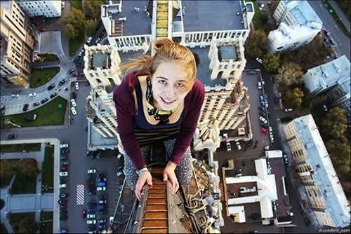 Jatuh dari Ketinggian 8,5 Meter Gadis dalam foto ini bernama Xenia Ignatyeva. Seorang remaja cantik yang meninggal ketika dia masih berusia 17 tahun. Sayangnya dia meninggal dalam keadaan yang tragis Pulsker, demi memperoleh pengakuan dari teman-temannya, Xenia melakukan selfie dari jembatan dengan ketinggian 8,5 meter diatas permukaan tanah. Tapi miris, beberapa saat kemudian dia malah kehilangan keseimbangan lalu terjatuh ke kabel listrik dan tersengat diatasnya.