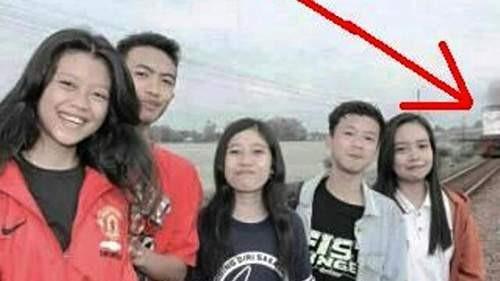 Tertabrak Kereta Saat Selfie di Tepi Rel Kali ini kejadiaannya di Indonesia Pulsker, kumpulan remaja ini benar-benar menantang maut, yaitu berselfie saat kereta hendak melintas disamping mereka pada bulan Februari 2015 lalu. Salah satu dari kelima remaja tersebut yang bernama Tommy Lucky Saputra (kedua dari kiri berbaju merah) tertabrak kereta. Dia adalah salah satu siswa SMKN 1 Madiun. Foto yang mengabadikan peristiwa mengenaskan ini diunggah oleh pengguna Facebook yaitu Mochamad Rizky Fauzan.