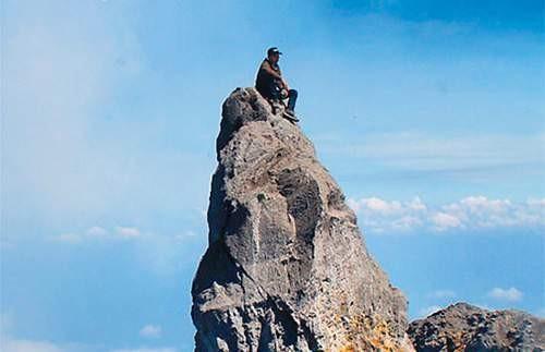 Terjatuh ke Kawah Gunung Merapi Berikutnya bukan karena foto selfie, tapi kejadian ini harus kita renungi bersama Pulsker. Seorang pemuda bernama Erri Yunanto, yaitu mahasiswa dari Universitas Atmajaya Yogayakarta terpeleset dan terjatuh ke dalam kawah Merapi saat ia berfoto-foto di atas puncak Garuda, Gunung Merapi, Jawa Tengah. Ia dan temannya yaitu Theofilus Dicky baru pertama kali mendaki Gunung Merapi dan memang memiliki niat untuk berfoto di atas puncak Garuda. Namun malang menimpa salah satu dari mereka. Erri terpeleset saat ia ingin turun dari puncak tersebut akibat ragu-ragu. Jenazahnya pun jatuh ke dalam kawah. Hanya untuk sebuah pembuktian, pemuda ini malah kehilangan nyawanya. Miris ya Pulsker.