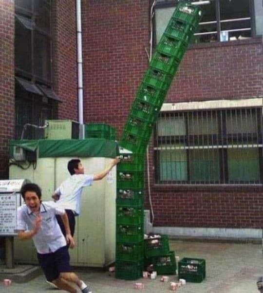 Ini akibatnya jika menumpuk krat minuman terlalu tinggi. Kalau udah ketinggian gini malah mau jatuh. Lihat deh orang yang didepan udah siap-siap berlari.