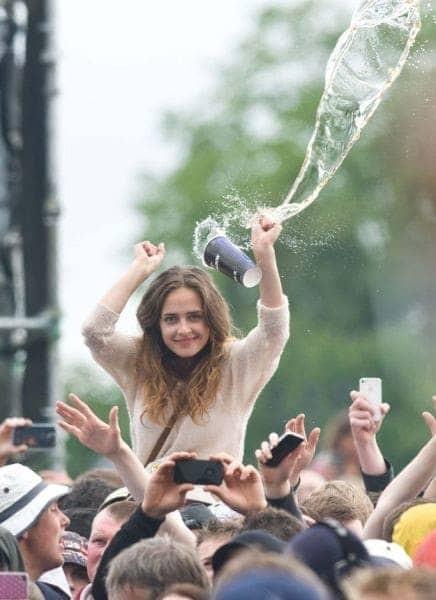 Lagi asik nonton konser, eh tiba-tiba ada gelas berisi air melayang. Tapi sebelum airnya sampai ke kepalanya, cewek ini masih sempat tersenyum lho.