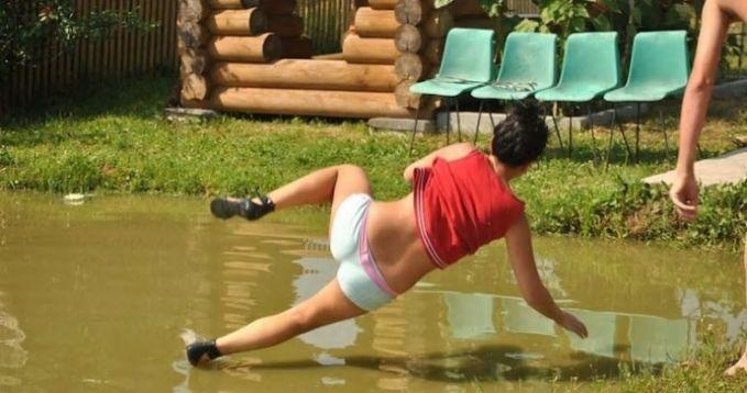 Jangan dikira wanita ini bisa berjalan diatas air ya Pulsker, karena sebenarnya wanita ini sedang terpeleset di kuabangan air.
