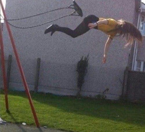 Waahh..wanita ini bisa terbang, tapi sayangnya terbangnya hanya sesaat, karena setelah itu dia akan jatuh tengkurap..kasian ya..