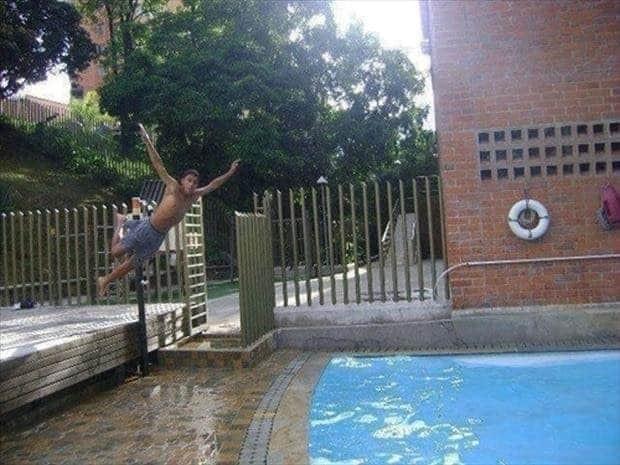 Diluar rencana, pemuda ini ingin terjun ke kolam tapi sayangnya tidak tepat sasaran. Semoga nggak sesakit yang kita bayangkan ya Pulsker.