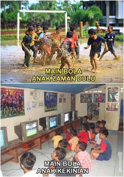 Kalau dulu anak-anak kecil main bolanya dilapangan, anak jaman sekarang kebanyakan lebih memilih main bola dari TV alias main PS. Kalau kamu meilih yang mana Pulsker?