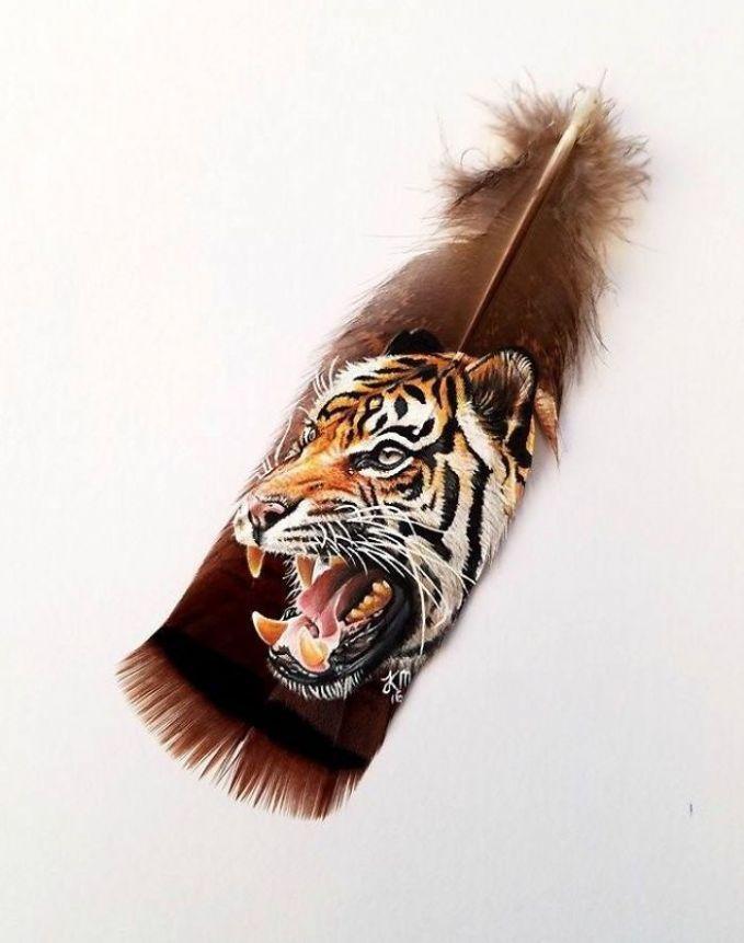 Macan yang digambar di bulu kalkun liar.