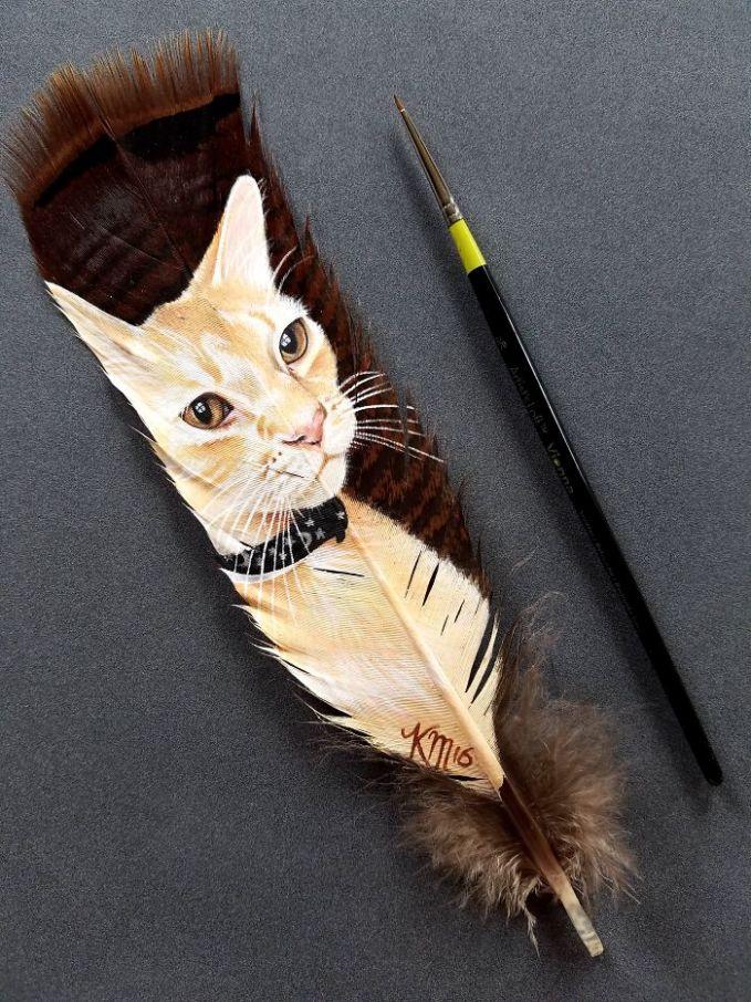 Kucing yang digambar di bulu kalkun liar.