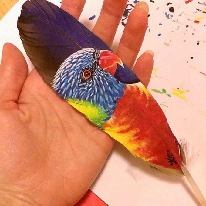 Burung Perkici Pelangi dilukis di bulu burung macaw.