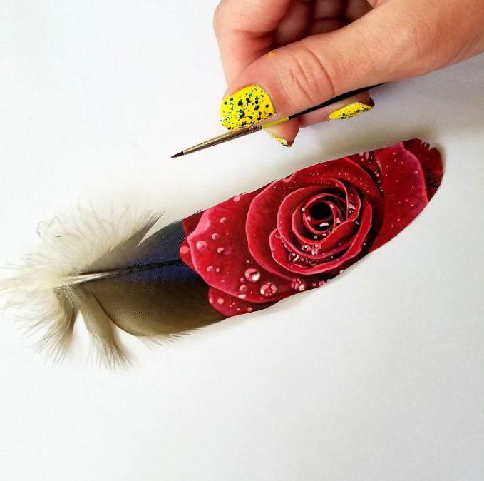 Bunga Mawar Merah dilukis di bulu burung macaw berwarna biru keemasan. Keren banget ya Pulsker! Kalo kamu mau kepoin bisa langsung ke instagram milik Krysrtle dengan username @thedietofworms. Yuk share ke saudara dan temen kamu yang suka banget ngelukis.