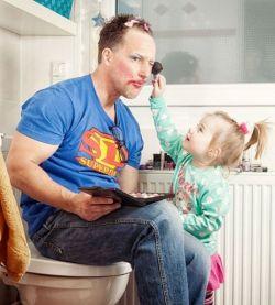 Begini Jadinya Kalau Ayah Lagi Main Sama Anak Perempuannya. Jadi Lucu Ngeliatnya