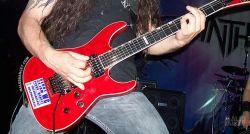 Stiker yang Gak Seharusnya Dipasang di Gitar Saat Manggung, Para Gitaris Harap Baca !!