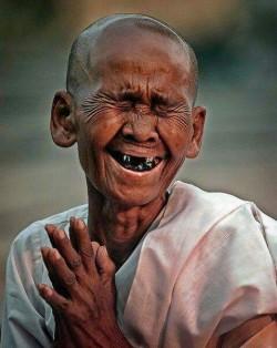 Tertawalah Seperti Orang-Orang Ini Sebelum Tertawa Itu Dilarang, Keep Smile !!