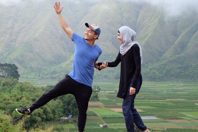 Dimas Seto Sama seperti Sazkia dan Irwansyah, pasangan ini juga belum dikarunia momongan. Tapi meskipun begitu pasangan satu ini selalu tampil kompak, seru dan romantis. Hal ini terlihat dari beberapa foto yang mereka unggah saat ke Lombok. Selain romantis, liburan mereka juga seru banget lho!
