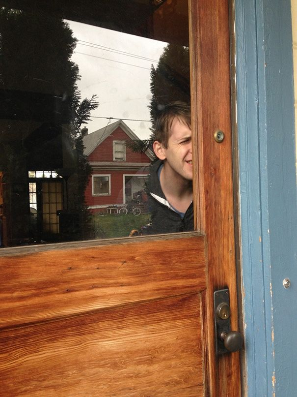 Lubang intip di pintu padahal pintunya ada kacanya. Ya gpapa, buat ngintip aja.
