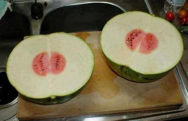 Ini semangka atau jeruk bali nih? Atau perpaduan keduanya? Dijamin deh satu orang juga bisa ngabisin langsung, hehehe.