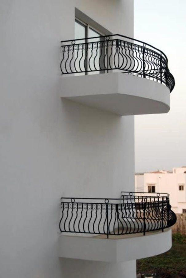Nyantai di balkon yuk, tapi cara ke balkonnya gimana ya? Mungkin harus pake pintu ke mana saja punya Doraemon. Hahaha kocak banget ya Pulsker. Yuk share ke saudara dan temen-temen kamu biar kita ngakak bareng.