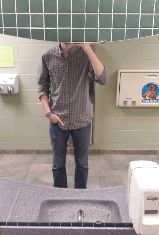 Ini jadinya kalau kamu mau melakukan miror selfie tapi cermin didepan lebih rendah dari kepalamu. Jadi kepotong separuh deh..