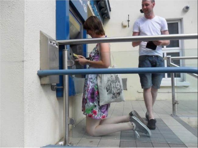 Wah,,saking tingginya si wanita pada foto dibawah ini. untuk mengambil uang di ATM dia harus menagtur posisi bersimpuh. Tapi kayanyan ATMnya emang pendek banget ya Pulsker.