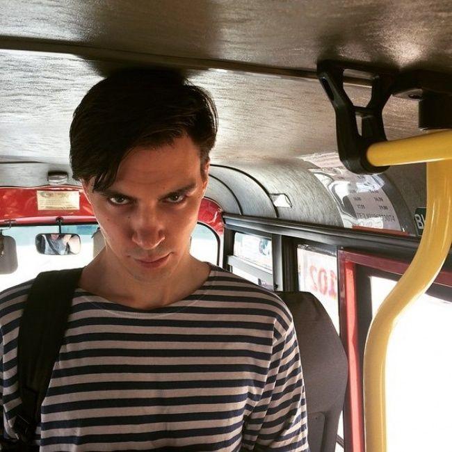 Tuh kan, naik bus aja kepalanya sampai kejedot gitu. Emang nasib deh jadi orang jangkung.