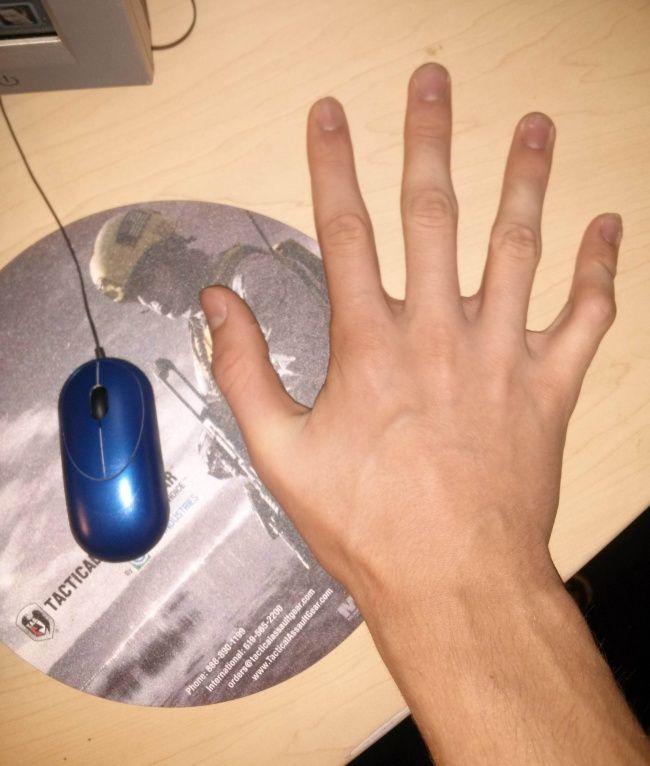 Bukan cuma kaki aja yang kepanjangan, bisa dijamin tangan seseorang yang bertubuh tinggi juga gede banget Pulsker. Ini buktinya.