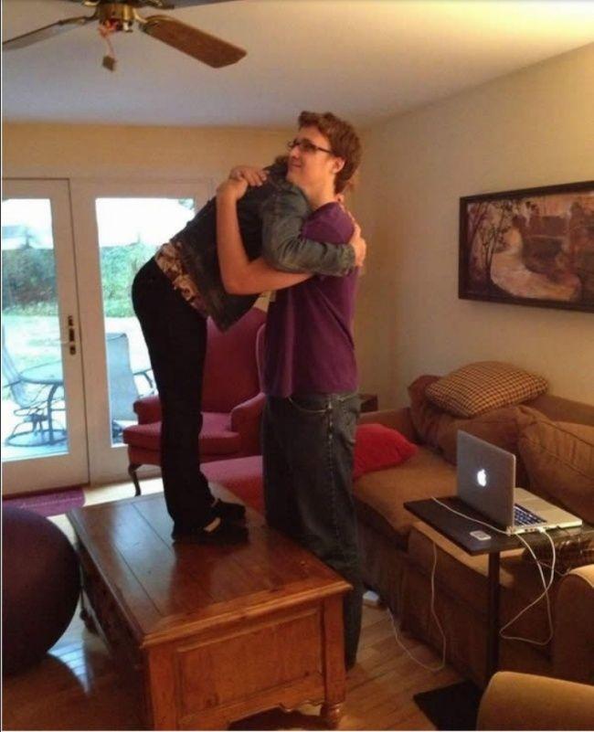 Ini rasanya berpelukan dengan pasangan yang tubuh sangat tinggi. Kamu harus naik keatas meja agar tingginya bisa sejajar dengan kamu.