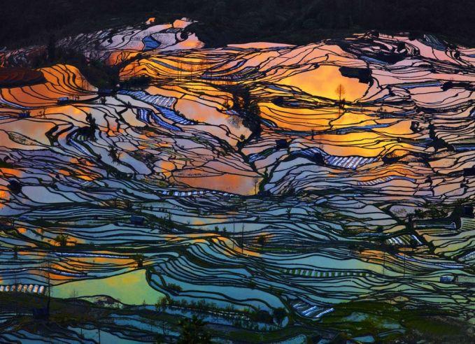 Saat senja merupakan salah satu saat yang tepat untuk mengambil sebuah foto dengan pemandangan yang menakjubkan. Kalau dilihat lagi seperti lahar panas yang mengalir dari perut bumi ya pulsker.