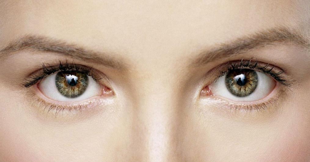 Bagian tubuh yang pertama yang dapat mengalami penuaan secara cepat adalah mata. Mata sendiri merupakan panca indera yang vital bagi hidup kita ya pulsker. Mengapa bisa begitu?, menurut Dokter Spesialis Kulit dan Kelamin RS Pondok Indah-Puri Indah dr. Susie Rendra, Sp. KK nih pulsker mengatakan bahwa mengatakan bahwa mata mempunyai kulit yang lebih tipis dibanding bagian lain dari tubuh. Mata juga rentan dengan pergerakan wajah seperti mengeryit atau memincing. Begitu pulsker.
