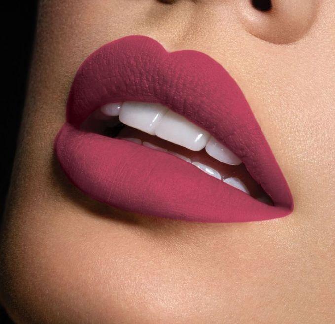 Kalian juga tidak bakalan menyangka jika bibir kita cepat menua lho. Sama halnya dengan mata, bibir juga memiliki kulit yang tipis lho pulsker dan jarang ngerawat. Bagi kalian yang suka monyong-monyongin bibir pas selfie, hal tersebut sebenarnya tidak dianjurkan lho pulsker biar tidak cepat menua.