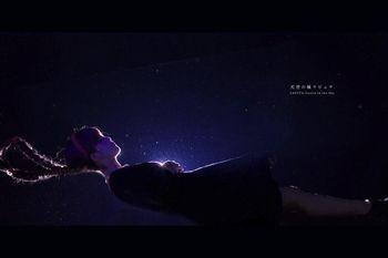 Pada foto ini terlihat seorang wanita sedang tidur melayang.
