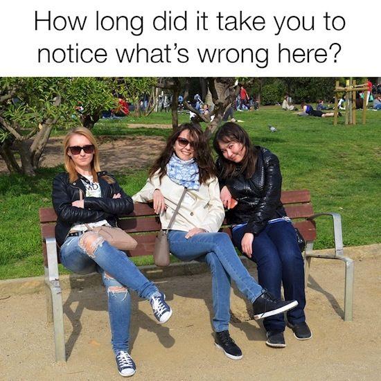 Hayoo..berapa lama kamu menghabiskan waktu untuk tahu apa yang salah pada foto ini? Rasanya sih semua terlihat normal, hanya tiga orang wanita yang sedang duduk di taman. Tapi kalau kamu teliti, ternyata mereka tidak benar-benar duduk Pulsker, coba perhatikan kursinya.