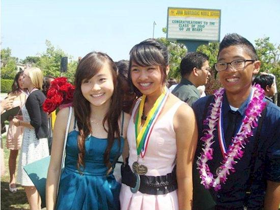 Hanya sekumpulan pelajar yang sedang berfoto sesaat setelah wisuda. Tapi kalau kamu perhatikan lagi, ada sosok wajah hitam berada diantara kedua gadis yang sedang berfoto. Penampakan?